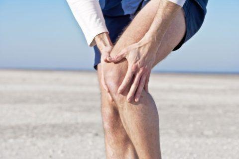 Растирание колена перед занятиями.