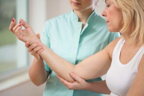 Точно определить причину опухания локтевого сустава сможет только врач