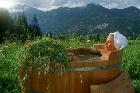 Уменьшить боль и улучшить сон помогут регулярные ванны на основе лечебных трав.