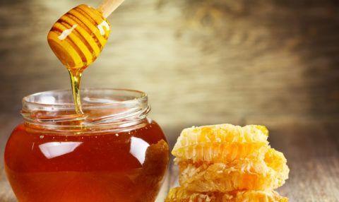 В лечебные напитки вполне можно добавить небольшое количество пчелиного меда.