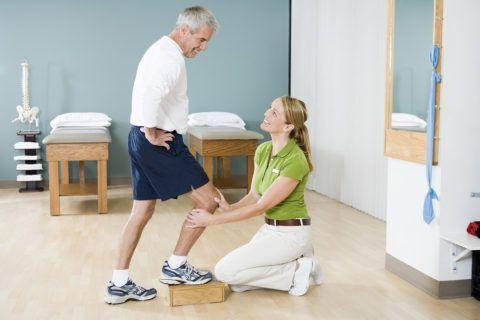 Врач объясняет пациенту, как правильно выполнять упражнения