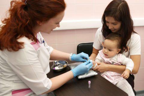 Забор крови у маленького пациента с подозрением на развитие патологии суставов и хрящей.