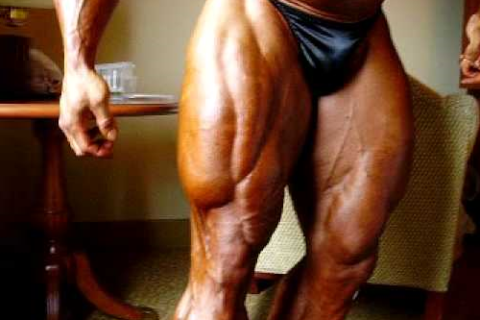 Накачанный и забитый квадрицепс может стать причиной тендинита колена