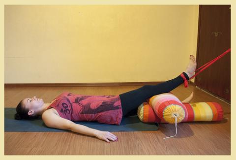 Пассивная дистракция суставной щели колена – нога приподнята за счёт ленты