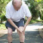 Боль при движении часто сопровождает пациентов с патологическими разрастаниями костных тканей суставов.