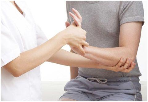 При сложных травмах ортопедическая конструкция надевается только при помощи лечащего врача