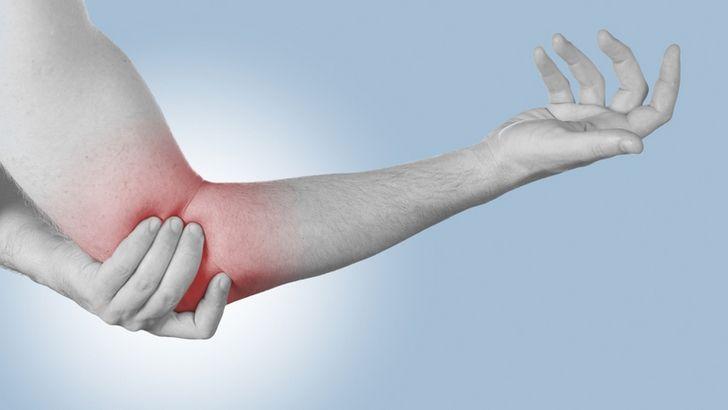 Дискомфорт и болевой синдром в локте могут быть следствием эпикондилита