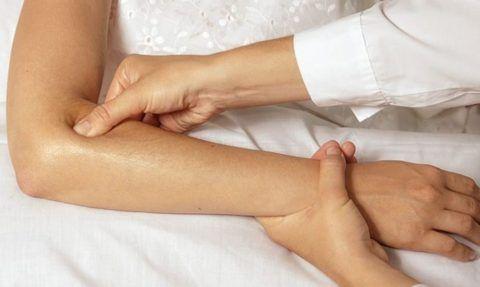 Массажист должен досконально знать методику лечебного массажа при эпикондилите