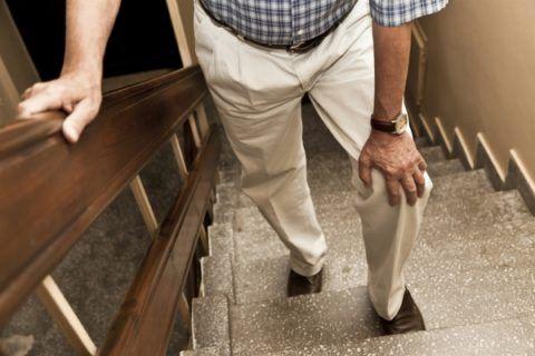 Боль в повреждённых meniscus мешает нагрузить ногу во время ходьбы по лестнице
