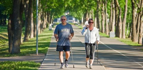 Из аэробных нагрузок, оптимальный вариант при остеопорозе – это скандинавская ходьба